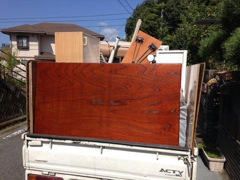 トラック荷台に不用品を高積み